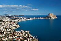 Spain, Costa Blanca, Calp: View over Calp and the Penon de Ifach | Spanien, Costa Blanca, Calp: beliebter Urlaubsort mit dem Penyal d'Ifac