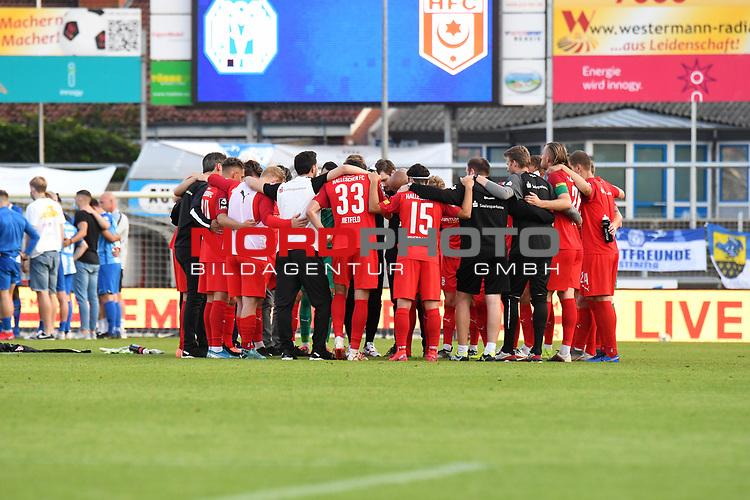 12.06.2020, Hänsch-Arena, Meppen, GER, 3.FBL, SV Meppen vs. Hallescher FC, <br /> <br /> im Bild<br /> die Mannschaft vom Halleschen FC bildete nach dem Spiel einen Kreis.<br /> <br /> <br /> DFL REGULATIONS PROHIBIT ANY USE OF PHOTOGRAPHS AS IMAGE SEQUENCES AND/OR QUASI-VIDEO<br /> <br /> Foto © nordphoto / Paetzel