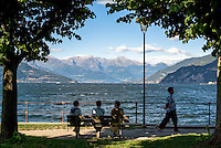 Bellagio, Lago di Como. Persone sedute su una panchina --- Bellagio, Lake Como. People sitting on a bench