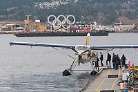 Olympiastadt Vancouver 2010..Wasserflugzeug nahe dem Stanley Park kurz vor dem Abflug. Im Hintergrund die Olympisches Ringe.