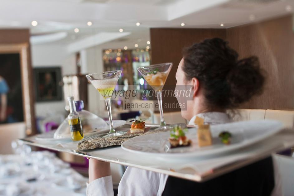 Europe/France/Rhone-Alpes/73/Savoie/Courchevel:  Service au Restaurant: Le Strato Courchevel 1850