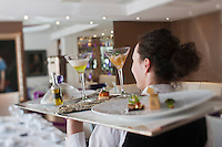 Europe/France/Rhone-Alpes/73/Savoie/Courchevel:  Service au Restaurant: Le Strato Courchevel 1850