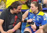 Handball Bundesliga Frauen - Playoff Finale um die deutsche Meisterschaft. Zum Hinspiel empfängt der Handballclub Leipzig (HCL) den Thüringer HC (THC). .IM BILD: Mentaltrainer Prof. Dr. Marcus Stück / Stueck (l.) und Karolina Kudlacz (HCL)  .Foto: Christian Nitsche
