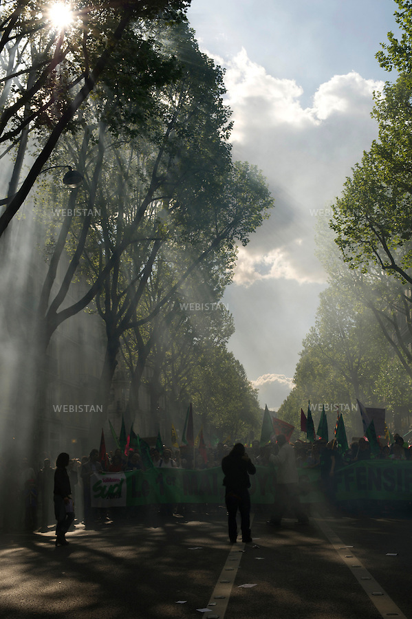 People from the french left wing of politics march during Labour Day in Paris, at the Bastille, on May 1rst, 2012. Photo by Aurore Marechal/Webistan. Manifestation des gens de gauche pendant la fête du travail à Paris, à la Bastille, le 1er mai 2012. Photo par Aurore Marechal/Webistan.
