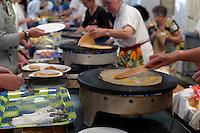 Le fest-noz de Sainte-Brigitte debutte par un repas de galettes et de crepes, au moins huit Krampouz (plaque a cuire les crepes) sont mises en batterie pour cela.