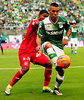 CALI - COLOMBIA -19 - 03 - 2017: Jown Cardona (Der.) jugador de Deportivo Cali disputa el balón con Brayan Angulo (Izq.) jugador de America, durante partido de la fecha 10 entre Deportivo Cali y America de Cali, por la Liga Aguila I-2017, jugado en el estadio Deportivo Cali (Palmaseca)  de la ciudad de Cali. / Jown Cardona (C) player of Deportivo Cali vies for the ball with Brayan Angulo (L) player of America, during a match of the date 10 between Deportivo Cali and America de Cali, for the Liga Aguila I-2017 at the Deportivo Cali (Palmaseca) stadium in Cali city. Photo: VizzorImage  / Nelson Rios / Cont.