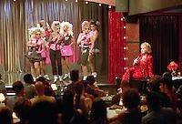 Prod DB © Spyglass Entertainment / DR<br /> CONNIE ET CARLA (CONNIE AND CARLA) de Michael Lembeck 2004 USA<br /> avec Alec Mapa, Robert Kaiser, Nia Vardalos, Stephen Spinella, Toni Collette, Chris Logan et Debbie Reynolds<br /> chanteuse, groupe, cabaret, micro, chanter, drag queen, travesti, transexuel, public, scene, spectacle<br /> autres titres: Connie and Carla do L.A.