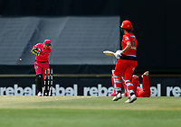 2nd November 2019; Western Australia Cricket Association Ground, Perth, Western Australia, Australia; Womens Big Bash League Cricket, Melbourne Renegades versus Sydney Sixers; Alyssa Healy of the Sydney Sixers attempts a run out - Editorial Use