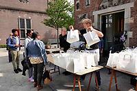 Nederland  Amsterdam - 2020.   Keti Koti. Herdenking van de afschaffing van de slavernij. Gratis Heri Heri maaltijd in de tuin van het Rijksmuseum. Cultural collective KIP Republic organiseert de Heri Heri tafel. Cassave, zoete aardappel, banaan, vis en ei op een bordje. De letterlijke betekenis van dit eenpansgerecht is Helen Helen, het was voedsel voor de tot slaaf gemaakten op de plantages.<br />   Foto mag niet in negatieve context worden gepubliceerd.     Foto  ANP / Hollandse Hoogte / Berlinda van Dam