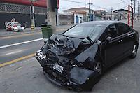 SAO PAULO, SP, 10 de junho 2013- Dois carros bateram de frente na Av Mateo Bei 983 no bairro de Sao Mateus zona leste de Sao Paulo na batida o motorista do taxi  nao resistiu aos ferimentos e morreu no local no outro carro Honda (CIVIC) estava o motorista e mais 3 pessoas que foram encaminhadas ao PS segundo a policia militar o motorista do CIVIC apresentava sinais de embreagues. O caso esta sendo registrado no 49 dp  ADRIANO LIMA / BRAZIL PHOTO PRESS).
