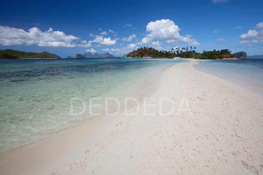 The pure white sands of Snake Island, near El Nido, in the famous and beautiful Bacuit Archipelago in Palawan, Philippines.