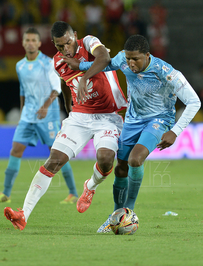 BOGOTÁ -COLOMBIA, 25-04-2015. Miguel Borja (Izq.) jugador de Independiente Santa Fe disputa el balón con William Zapata (Der.) jugador de Jaguares FC durante partido entre Independiente Santa Fe y Jaguares FC por la fecha 17 de la Liga Aguila I 2015 jugado en el estadio Nemesio Camacho El Campin de la ciudad de Bogota. / Miguel Borja (L) player of Independiente Santa Fe struggles for the ball with William Zapata (R) player of Jaguares FC during a match between Independiente Santa Fe and Jaguares FC for the 17th date of the Liga Aguila I 2015 played at Nemesio Camacho El Campin Stadium in Bogota city. Photo: VizzorImage/ Gabriel Aponte / Staff