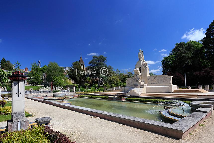 France, Cher (18), Vierzon, square Lucien-Beaufrère de style Art déco, le monument aux morts // France, Cher, Vierzon, Lucien-Beaufrère square  with its war memorial