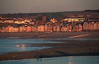 Europe/France/Picardie/80/Somme/Mers-les-Bains: La Station et la plage dans la lumière du soir