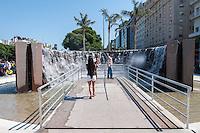 BUENOS AIRES, ARGENTINA, 19.12.2013 - REPLICA CATARATAS DO IGUACU - Uma réplica em miniatura das Cataratas do Iguaçu está se tornando uma atração para os turistas e moradores locais. Localizado em Misiones pequena praça, no cruzamento da 9 de Julio e da Avenida de Mayo avenidas, pretende transmitir aos visitantes as vibrações das quedas originais, que, há dois anos, foram declarados uma das maravilhas do mundo.(Foto: Patricio Murphy / Brazil Photo Press).