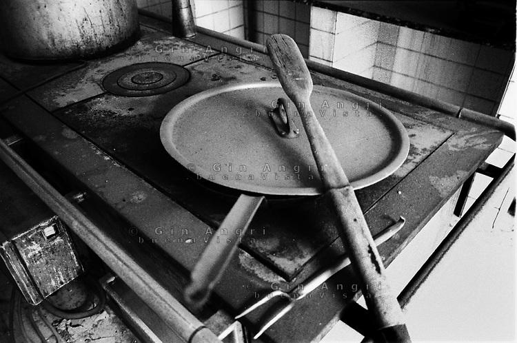 padelle e mestoli nella cucina dell'ex carcere san Donnino di Como