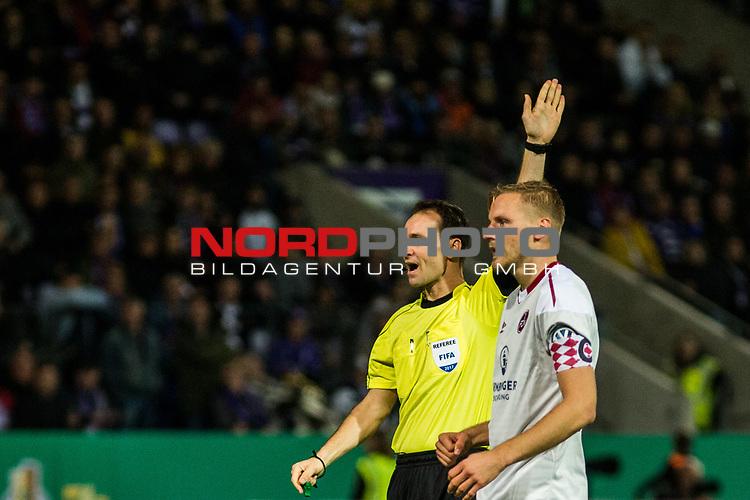 25.10.2017, Stadion an der Bremer Br&uuml;cke , Osnabr&uuml;ck, GER, DFB Pokal, Runde 2, VfL Osnabr&uuml;ck vs 1. FC N&uuml;rnberg<br /> , <br /> <br /> im Bild | pictures shows:<br /> Schiedsrichter Bastian Dankert entscheidet auf Abseits f&uuml;r Osnabr&uuml;ck, <br /> <br /> Foto &copy; nordphoto / Rauch