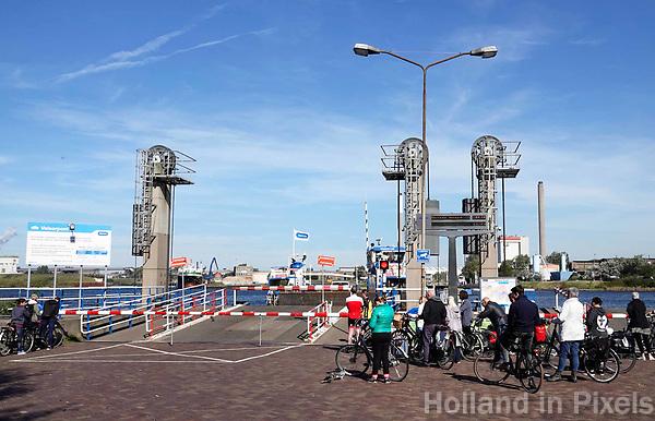 Nederland  IJmuiden -  September 2018. Mensen wachten op de Velserpont.   Foto Berlinda van Dam / Hollandse Hoogte