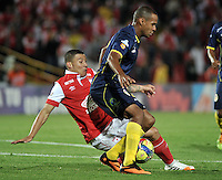 BOGOTA- COLOMBIA -16 -04-2014: Luis C Arias (Izq.) jugador de Independiente Santa Fe disputa el balón con Carlos Saa (Der) jugador de Universidad Autonoma durante partido aplazado entre Independiente Santa Fe y Universidad Autonoma por la fecha 16 entre de la Liga Postobon I 2014, jugado en el estadio Nemesio Camacho El Campin de la ciudad de Bogota. / Luis C Arias (L) player of Independiente Santa Fe vies for the ball with Carlos Saa (R) player of Universidad Autonoma during a postponed match between Independiente Santa Fe and Universidad Autonoma for the date 16th of the Liga Postobon I 2014 at the Nemesio Camacho El Campin Stadium in Bogota city. Photo: VizzorImage  / Luis Ramirez / Staff.