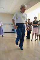 Refusant de laisser mourir la gavotte de son pays, Jean LALLOUR, aidé d'une association, diffuse et defend sa danse, ici il dispense son cours
