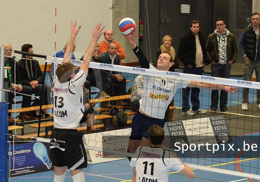 VT Optima Lendelede - Haasrode Leuven :<br /> <br /> Lander Vandecaveye (M) probeert de bal over het blok van Dries Steenhouwer (L) en Sven Welkenhuysen (R) te leggen<br /> <br /> foto VDB / BART VANDENBROUCKE