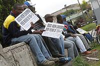 NAPOLI, 08/10/2010 EXTRACOMUNITARI PROTESTANO CONTRO LO SFRUTTAMENTO DEL CAPORALATO SI SONO RADUNATI NELLE ROTONDE DOVE QUOTIDIANAMENTE VENGONO ASSOLDATI ESPONENDO CARTELLI CON SCRITTO ' OGGI NON LAVORO PER MENO DI 50 EURO' FOTO CIRO DE LUCA