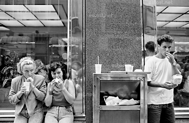 UNGARN, 07.1989.Budapest - V. Bezirk.Alltag vor dem Systemwechsel:  McDonald's-Restaurant als Vorbote der Neuen Zeit..Everyday life before the system change:  McDonald's restaurant as a prelude of the new times..© Martin Fejer/EST&OST