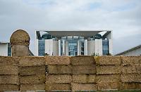 Berlin, Dienstag (04.06.13), im Vorfeld einer Demonstration von Milchbauer steht eine Mauer aus Stroh vor dem Bundeskanzleramt. Foto: Michael Gottschalk/CommonLens