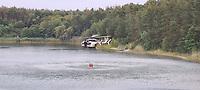 Lösch-Helikopter tankt an der Badestelle Walldorf nach beim Löscheinsatz beim Waldbrand in Walldorf - Mörfelden-Walldorf 09.08.2020: Lösch-Helikopter an der Badestelle Walldorf