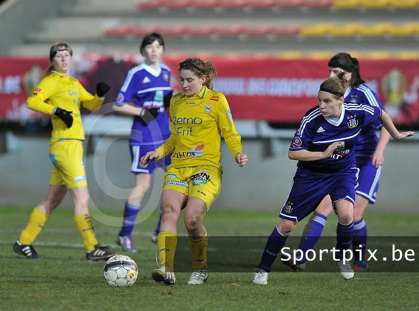 Waasland Beveren Sinaai Girls - RSC Anderlecht : Lien Thoen aan de bal voor Anne Puttemans (r).foto DAVID CATRY / Nikonpro.be
