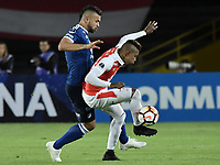BOGOTÁ - COLOMBIA, 18-09-2018: Carlos Arboleda (Der) jugador de Independiente Santa Fe disputa el balón con Andres Cadavid Cardona (Izq) jugador de Millonarios durante partido de ida por los octavos de final de la Copa CONMEBOL Sudamericana 2018 jugado en el estadio Nemesio Camacho El Campín de la ciudad de Bogotá. / Carlos Arboleda (R) player of Independiente Santa Fe vies for the ball with Andres Cadavid Cardona (L) player of Millonarios during first leg match for the eight finals of CONMEBOL Sudamericana 2018 cup played at Nemesio Camacho El Campin stadium in Bogotá city.  Photo: VizzorImage / Gabriel Aponte / Staff
