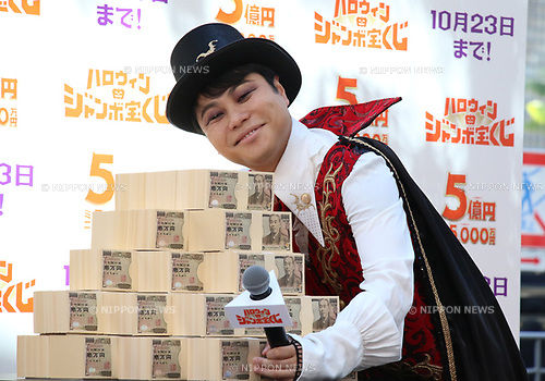 """October 1, 2018, Tokyo, Japan - Japan's comedy duo NON STYLE member Yusuke Inoue in costume of Dracura attends a promotional event of """"Halloween Jumbo Lottery"""" as the first tickets go on sale in Tokyo on Monday, October 1, 2018.   (Photo by Yoshio Tsunoda/AFLO) LWX -ytd-"""