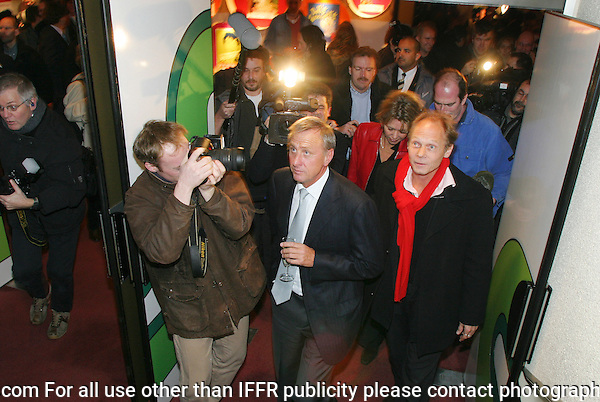 Rotterdam, 29 january 2004.International Film Festival IFFR.Johan Cruijff op de premiere van En Un Momento Dado, geflankeerd door regisseur Ramon Gieling..Johan Cruijff at the premiere of En Un Momento Dado, flanked by director by Ramon Gieling. .Photo by Felix Kalkman Copyright and ownership by photographer. FOR IFFR USE ONLY. Not to be redistributed in any form. Copyright and ownership by photographer. FOR IFFR USE ONLY. Not to be (re-)distributed in any form.