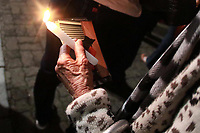 CAMPINAS, SP -  19.04.2019 - PROCISSÃO - Fieis participam da procissão do Senhor Morto nas ruas do Centro de Campinas (SP) no começo da noite desta sexta-feira (19). A celebração teve início na Basílica Nossa Senhora do Carmo, onde os fieis se concentraram e saíram em caminhada até a Praça da Catedral Metropolitana.   <br /> No trajeto os fieis fizeram orações e também houve a apresentação do canto da Verônica. A procissão é uma das cerimônias que os católicos participam neste dia, em que se celebra a paixão e morte de Jesus Cristo. <br /> Este ano, foi exposta uma relíquia, um pedaço da cruz de Jesus Cristo. (Foto: Denny Cesare/Código19)