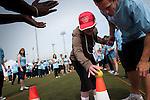 Activités sportives adaptés, destinés aux handicapés mentaux à faible motricités. Les bénévoles, en tee shirt bleu, doivent aider les athlétes et ne jamais faire à leur place.