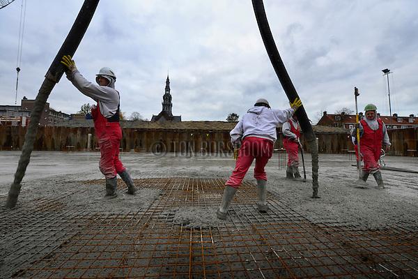 HEEMSKERK - In Heemskerk zijn medewerkers van Loos Betonvloeren uit Obdam bezig met de stort van een ruim 3400 m² dikke vloer voor een door Smit's Bouwbedrijf te bouwen appartementencomplex. Het door Kolpa Architecten uit Rotterdam ontworpen gebouw gaat ruimte bieden aan 44 huurappartementen, 36 koopappartementen, winkels en een ondergrondse parkeergarage. Om de 1250 m3 beton voor de 35 cm dikke vloer in goede banen te leiden, werken er tegelijkertijd 2 stortploegen, 2 pompen van Faber Betonpompen, en zorgden verkeersregelaars voor de  verkeersdoorstroming. Het appartementencomplex vervangt een oud woonblok van 50 éénkamerappartementen dat gesloopt werd, en is onderdeel van de 2e fase van de herstructurering Heemskerk. COPYRIGHT TON BORSBOOM