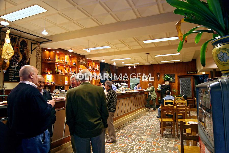 Pessoas no bar em San Sebastian, Espanha. 2007. Foto de Marcio Nel Cimatti.