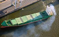 Schiff mit Qualm: EUROPA, DEUTSCHLAND, HAMBURG, (EUROPE, GERMANY), 30.12.2012 Schiff mit Qualm im Hamburger Hafen