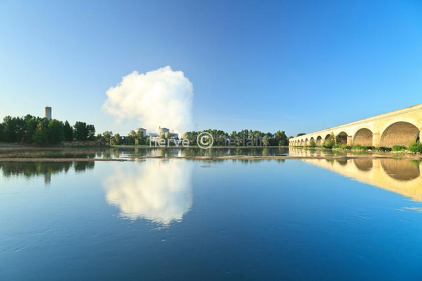 France, Indre-et-Loire (37), Val de Loire classé Patrimoine mondial de l'UNESCO, Chinon, centrale nucléaire située en bord de Loire // France, Indre et Loire, Val de Loire listed as World Heritage by UNESCO, Chinon, nuclear power plant situated on the Loire bank