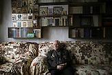 Jewgeni Jaschin in seiner Wohnung in Slawutytsch. Er tat nach dem Reaktorunfall 1986 als einer der ersten alles dafür, um eine noch größere Katastrophe zu verhindern. Er leidet noch heute an den Folgen einer Strahlenkrankheit. Dennoch findet er, man hätte den letzten noch verbliebenen Block im Jahr 2000 nicht abschalten dürfen. In Tschernobyl ereignete sich die größte technologische Katastrophe des 20. Jahrhunderts. Ausgerechnet dort findet man heute noch die größten Anhänger der Atomkraft. / The Chernobyl catastrophe was the biggest technological catastrophe of the 20th century. It seems strange that just there you can find the biggest supporters of nuclear energy.