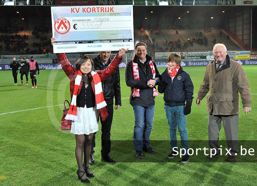 KV Kortrijk - Sporting Charleroi : KV Kortrijk schenkt 555 euro aan de Filipijnen nav orkaan Haiyan<br /> foto VDB / Bart Vandenbroucke