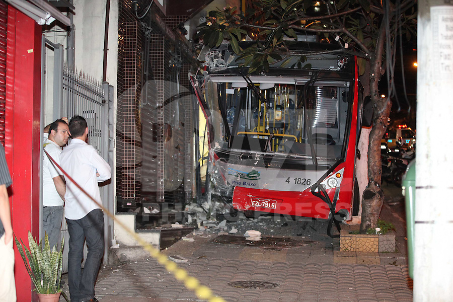 SAO PAULO, SP, 10-07-2012, ACIDENTE AV DR GENTIL DE MOURA. Um Troleibus descontrolado bateu em varios veiculos e acabou parando entre dois postes na Av Dr. Gentil de Moura, o acidente aconteceu no inicio da noite dessa Terca feira (10). Luiz Guarnieri/ Brazil Photo Press.