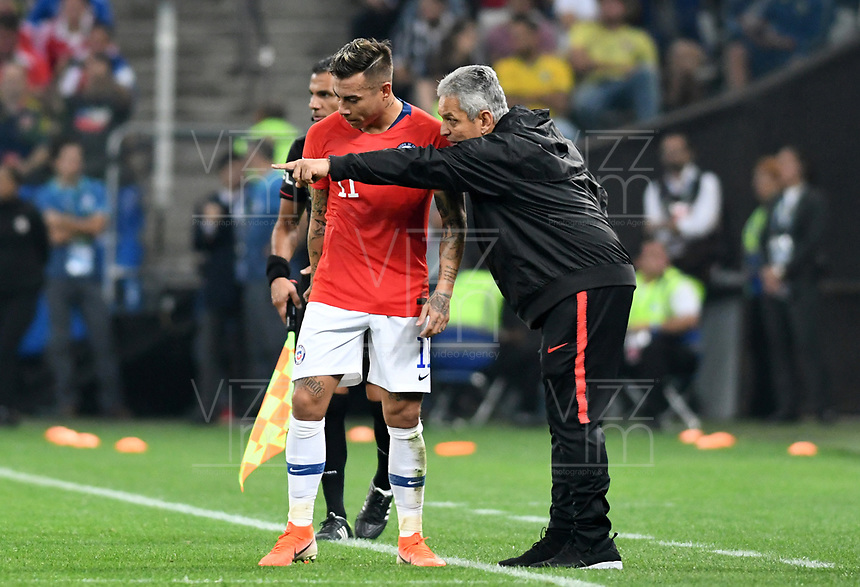 SAO PAULO – BRASIL, 28-06-2019: Reinaldo Rueda técnico de Chile da instrucciones a Eduardo Vargas durante partido por cuartos de final de la Copa América Brasil 2019 entre Colombia y Chile jugado en el Arena Corinthians de Sao Paulo, Brasil. / Reinaldo Rueda coach of Chile gives directions to Eduardo Vargas during the Copa America Brazil 2019 quarter-finals match between Colombia and Chile played at Arena Corinthians in Sao Paulo, Brazil. Photos: VizzorImage / Julian Medina / Cont /