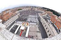 Una veduta di Piazza San Pietro gremita di fedeli durante la cerimonia di canonizzazione di Papa Giovanni XXIII e Papa Giovanni Paolo II, Citta' del Vaticano, 27 aprile 2014.<br /> A view of St. Peter's Square crowded of pilgrims during the ceremony for the canonization of Pope John XXIII and Pope John Paul II at the Vatican, 27 April 2014.<br /> UPDATE IMAGES PRESS/Alberto Lingria/POOL
