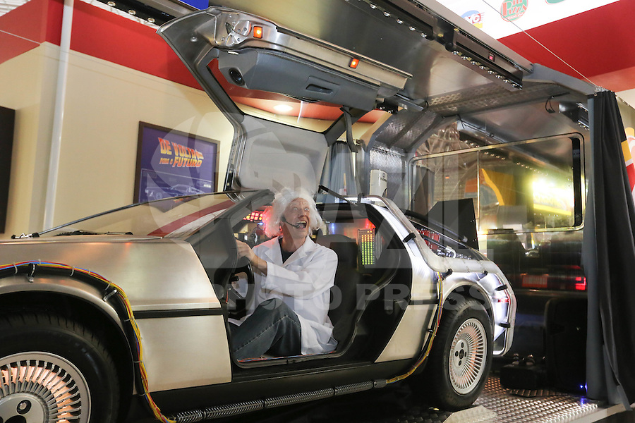 "SAO PAULO, SP, 30.10.2014 - ABERTURA SALAO AUTOMOVEL -  Simulador do Filme de volta para o futuro com o personagem Dr. Emmett Lathrop ""Doc"" Brown durante do 28ø Salão Internacional do Automovel no Anhembi na regiao norte de Sao Paulo, nesta quinta-feira, 30. (Foto: Vanessa Carvalho / Brazil Photo Press)."