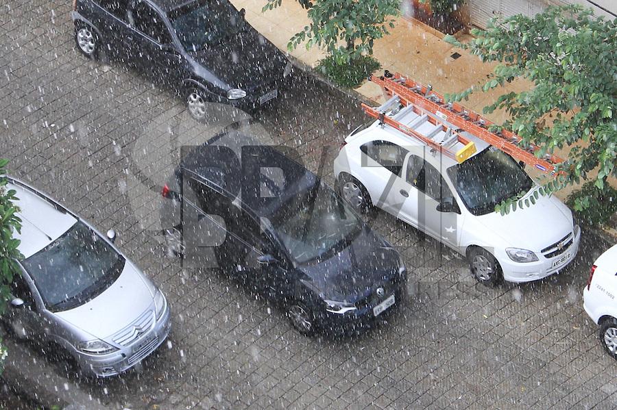 GUARULHOS,SP - 04.02.14 - CLIMA TEMPO - Chove na cidade de Guarulhos neste fim de tarde/inicio de noite, nesta terça-feira, 04. (Foto: Geovani Velasquez / Brazil Photo Press)