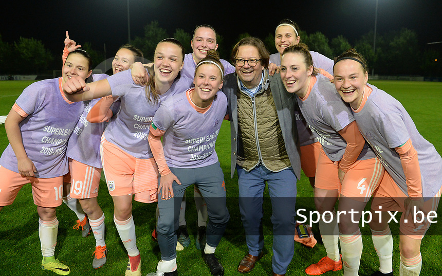 20190430 - OOSTAKKER , BELGIUM : Anderlecht's chairman Marc Coucke pictured celebrating with the players - Stefania Vatafu , Abbi Grant , Tine De Caigny , Ulrike De Frere , Laura Deloose , Laura De Neve , Britt Vanhamel and Elke Van Gorp (r) and staff after winning the Superleague Championship after a womensoccer game between  AA Gent Ladies and RSC Anderlecht Dames  , during play-off 1 in the Belgian Women's Superleague, at the PGB Stadium in Oostakker , tuesday 30 th April 2019 . PHOTO SPORTPIX.BE | DAVID CATRY
