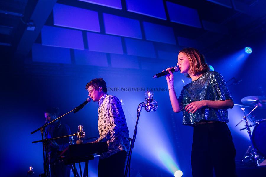 Perwez, Belgique: Maria-Leatitia chante en tant qu'invitée du groupe Konoba pour le dernier concert de leur tournée, le 23 février 2018.