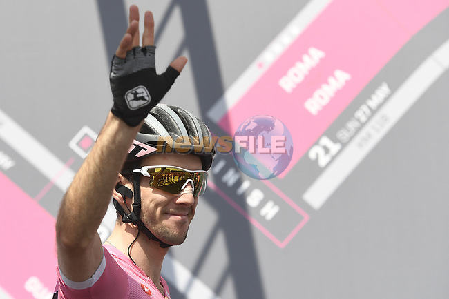 Race leader Maglia Rosa Simon Yates (GBR) Mitchelton-Scott at sign on before the start of Stage 19 of the 2018 Giro d'Italia, running 185km from Venaria Reale to Bardonecchia featuring the Cima Coppi of this Giro, the highest climb on the Colle delle Finestre with its gravel roads, before finishing on the final climb of the Jafferau, Italy. 25th May 2018.<br /> Picture: LaPresse/Fabio Ferrari | Cyclefile<br /> <br /> <br /> All photos usage must carry mandatory copyright credit (© Cyclefile | LaPresse/Fabio Ferrari)