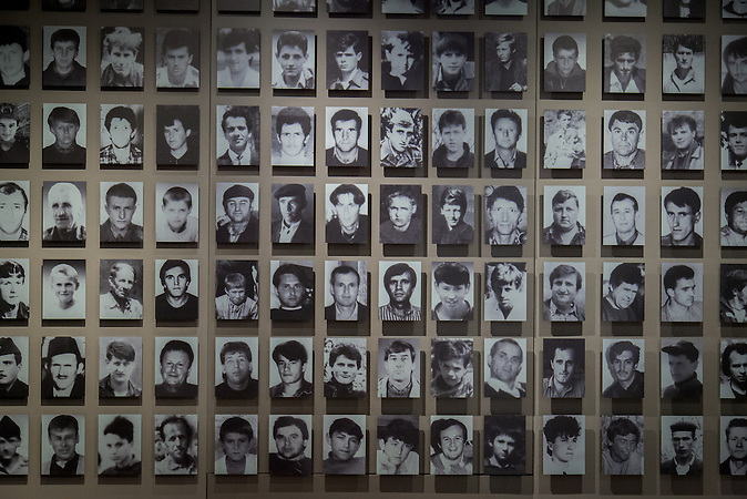 Wand mit Porträts der Opfer in der Galerie 11/07/95 in Sarajevo. / Wall with portraits of victims from the 1995 Srebrenica genocide at the Galerija 11/07/95 in Sarajevo.
